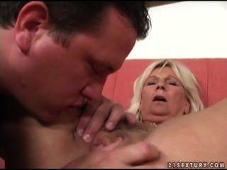 Une femme mature se fait marteler la chatte par un jeune !