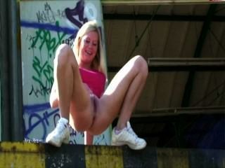 Blonde Ledge Pee