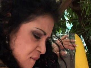 Jonge Vrouw Neemt Twee Piemels Tegelijk In Haar Kutje