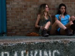 Margaret Qualley And Emily Meade In The Leftovers S01e01