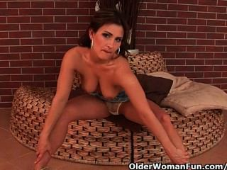 Sensual Mature Beauty With Nice Tits Loves Dildoing