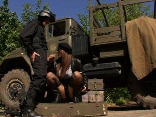 Солдат выебал шалаву в военной форме