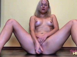 Blonde hexe spielt mit dildo an sich herum tmb