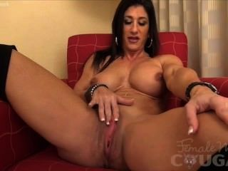 Muscle Woman Masturbates In Bed